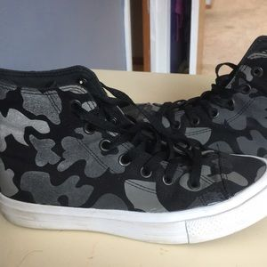 Size 8 W, M 6 camouflage high top Chuck Taylor